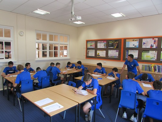 ragazzi che studiano inglese all'inter camp